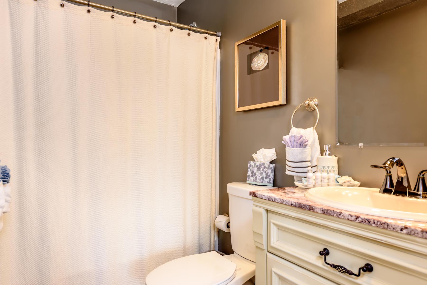 Inn-Room-15-and-Bathroom-20180316-048-1