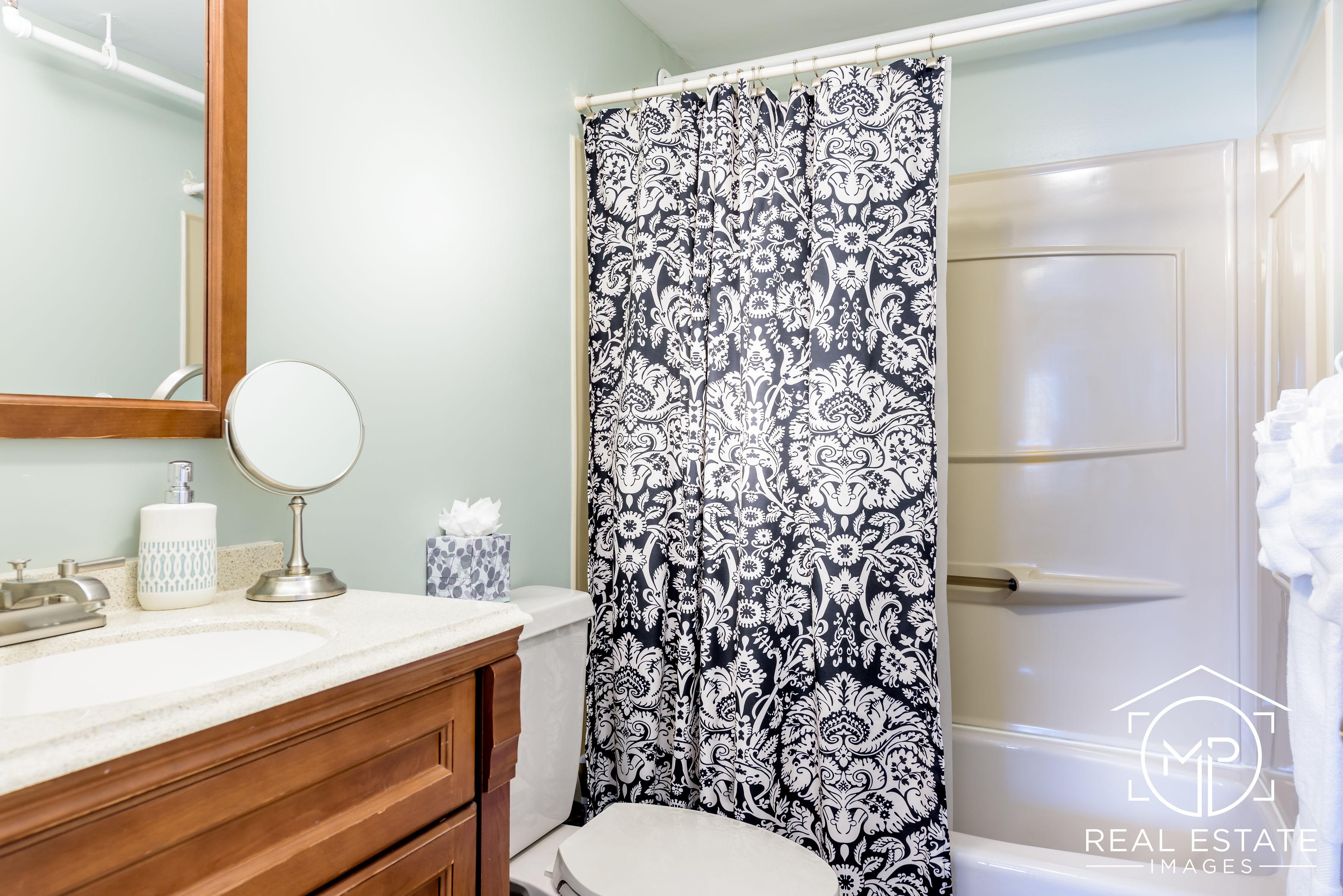 InnRoom2andbathroom-20171026-0052